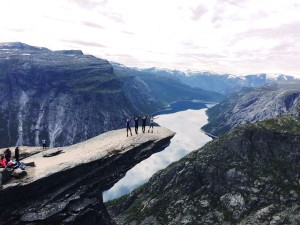 norway hike to trolltunga