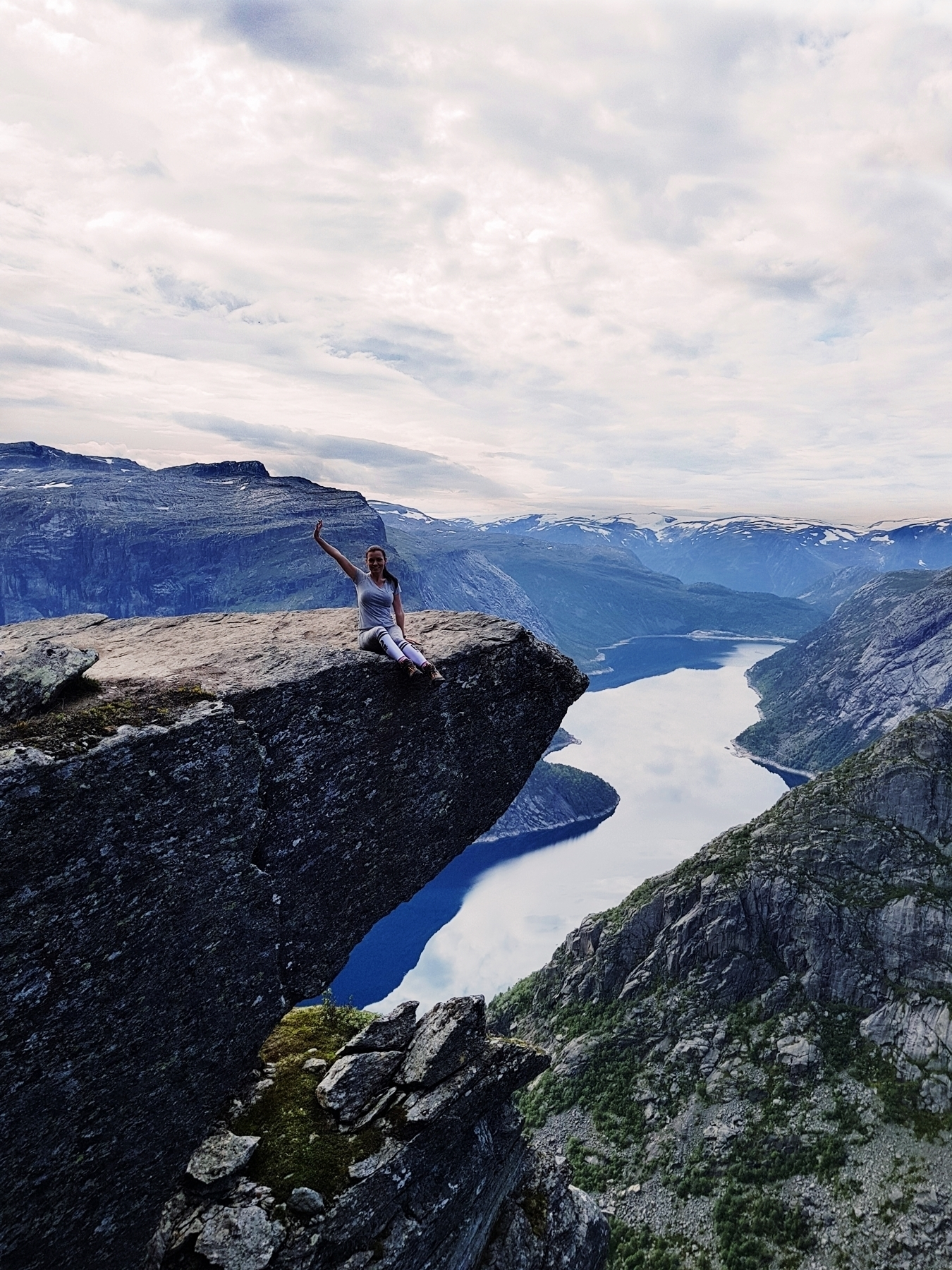 norway trekking trolltunga fashion blog