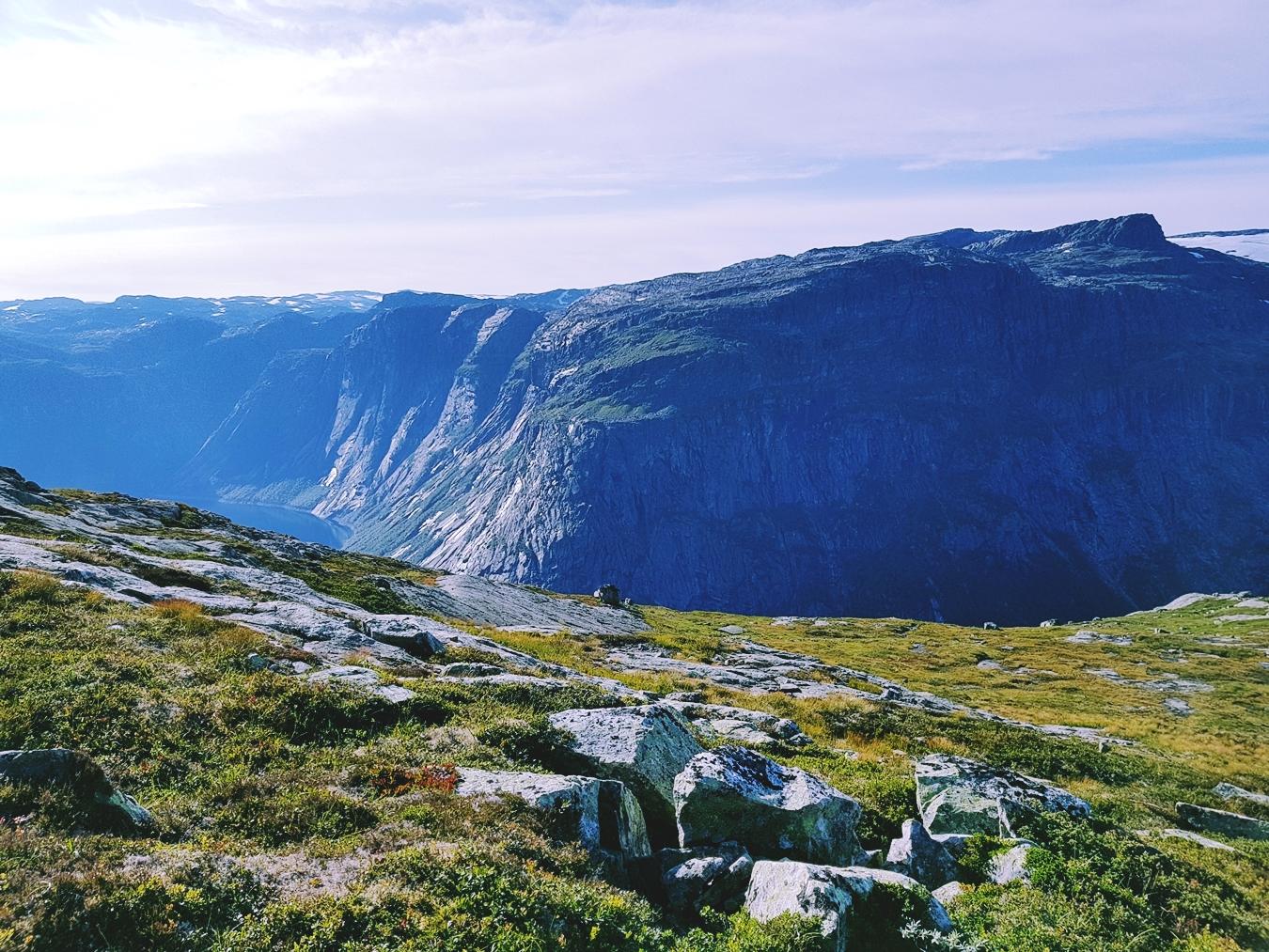 norway trekking trolltunga